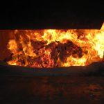 竹燃焼炉で木粉燃焼を実験中。小規模発電には安定的な熱出力が条件だ!